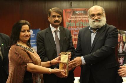 Almas with award2