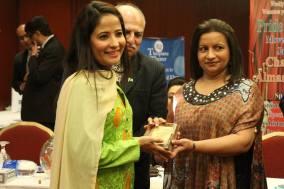 Reeda with award3