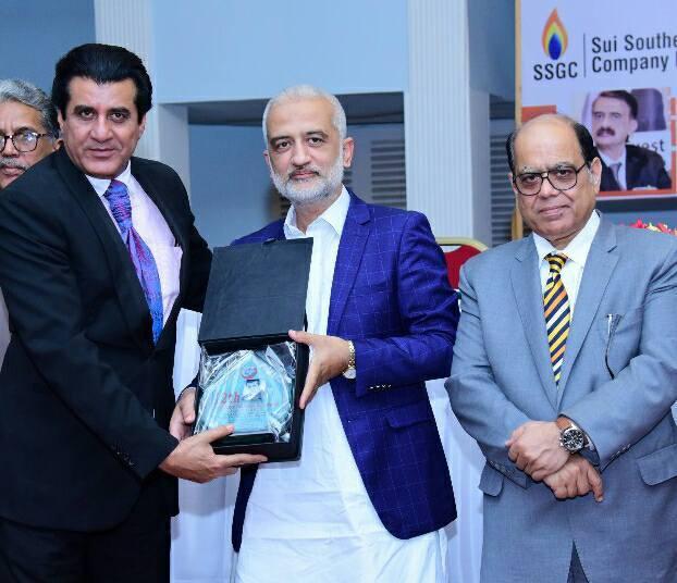 Aslam Shaikh getting award