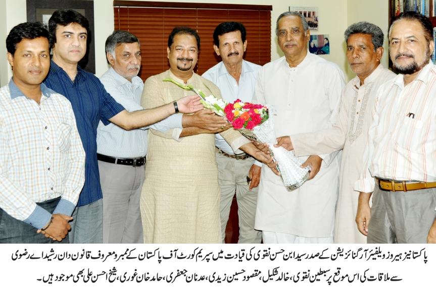 Ibne Hasan receiving award